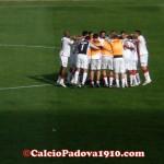 L'abbraccio della squadra dopo la vittoria