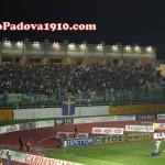 I tifosi dell'Hellas Verona assistono al dribbling decisivo di Raimondi a Moras