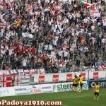 Tifosi del Padova festeggiano raddoppio di Cutolo