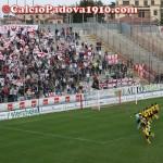 I giocatori del Padova acclamati sotto la curva del Menti