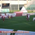 Fasi di gioco durante il derby: rigore reclamato da Galli