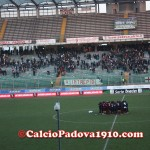 Abbraccio collettivo dei giocatori del Livorno